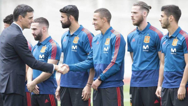Pedro Sánchez saluda a los jugadores de la Selección antes del Mundial de Rusia. (EFE)