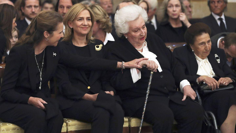 La infanta Elena le hace un cariñoso gesto a la infanta Pilar, en presencia de las infantas Cristina y Margarita. (EFE)
