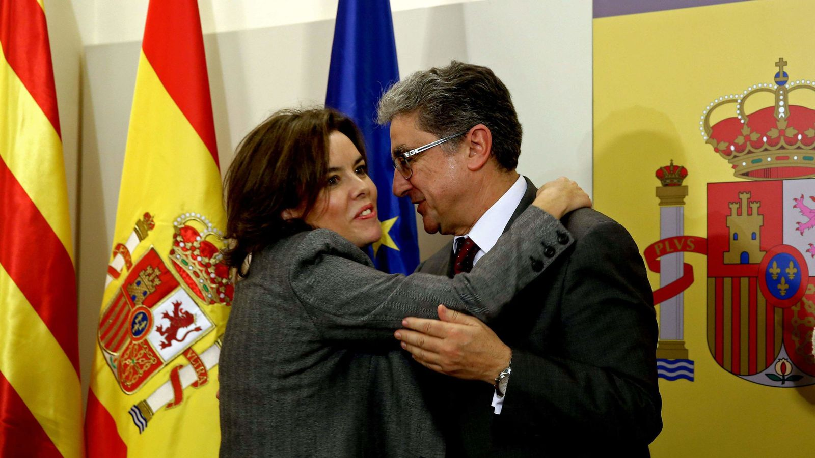 Foto: El nuevo delegado del Gobierno en Cataluña, Enric Millo, recibe el saludo de la vicepresidenta del Gobierno, Soraya Sáenz de Santamaría. (EFE)