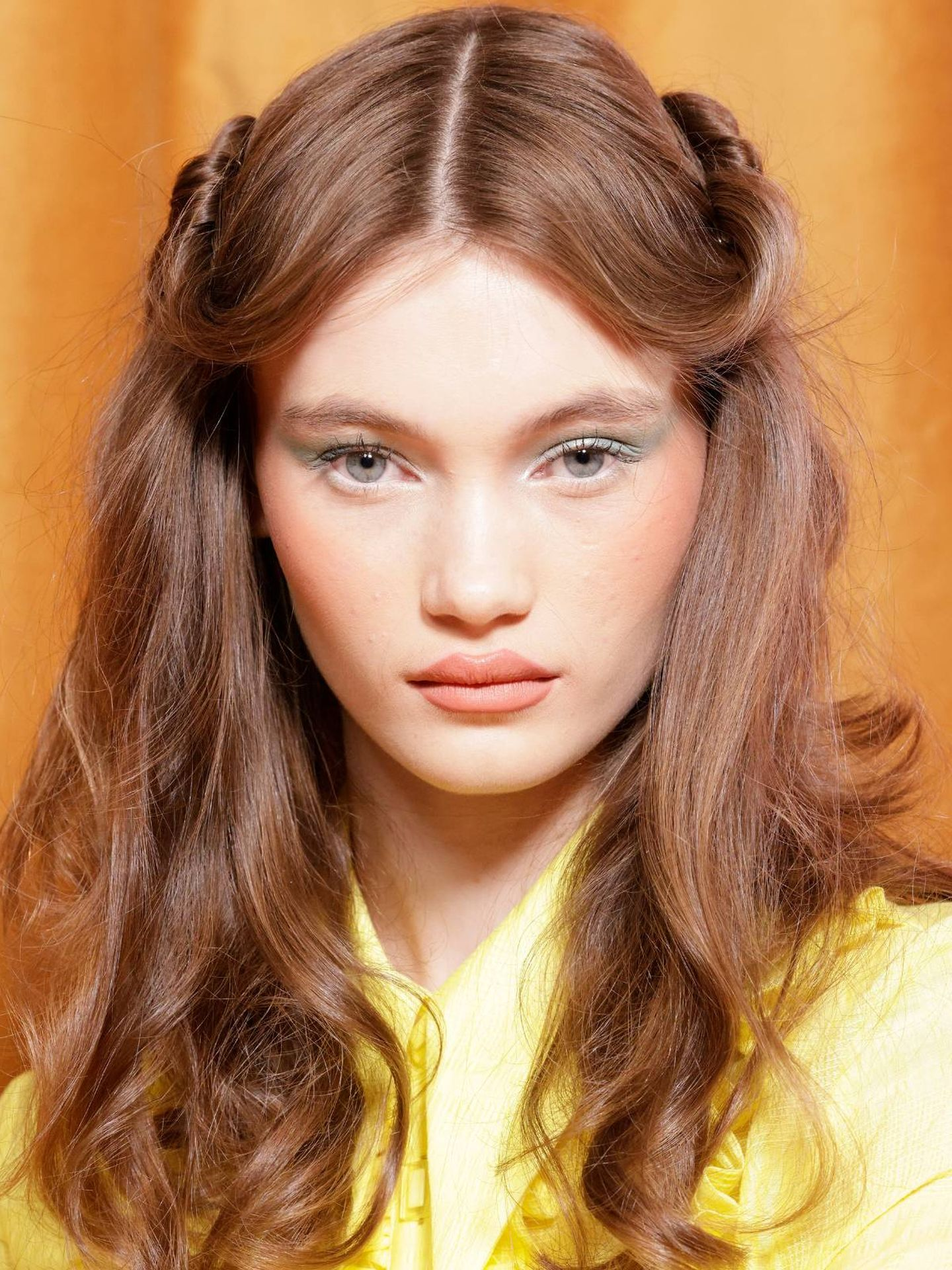 Peinados con un twist frontal para recrear un efecto retro setentero. (Imaxtree)