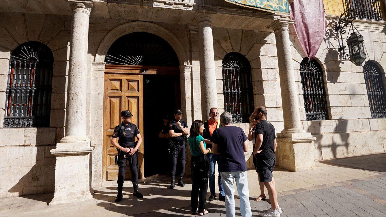 Foto: Agentes de la Policía Nacional, frente al Ayuntamiento de Teruel, uno de los registrados en la operación Enredadera. (EFE)