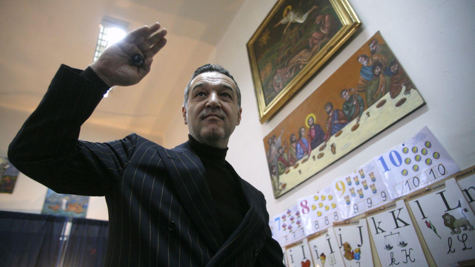 Foto: El oligarca Gigi Becali gesticula tras depositar su voto en un colegio electoral de Bucarest, en noviembre de 2009. (Reuters)