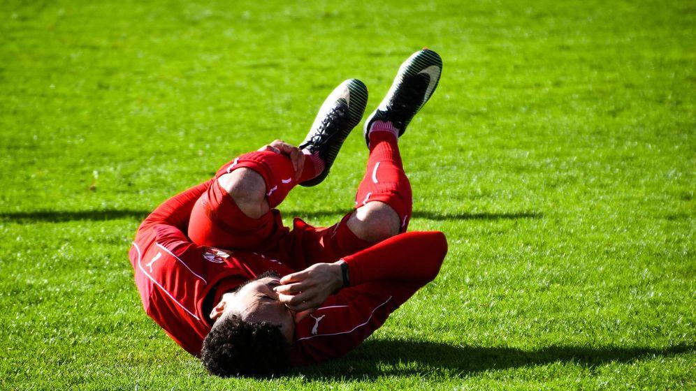 Foto: Un futbolista se retuerce de dolor en el campo. Foto: Pixabay