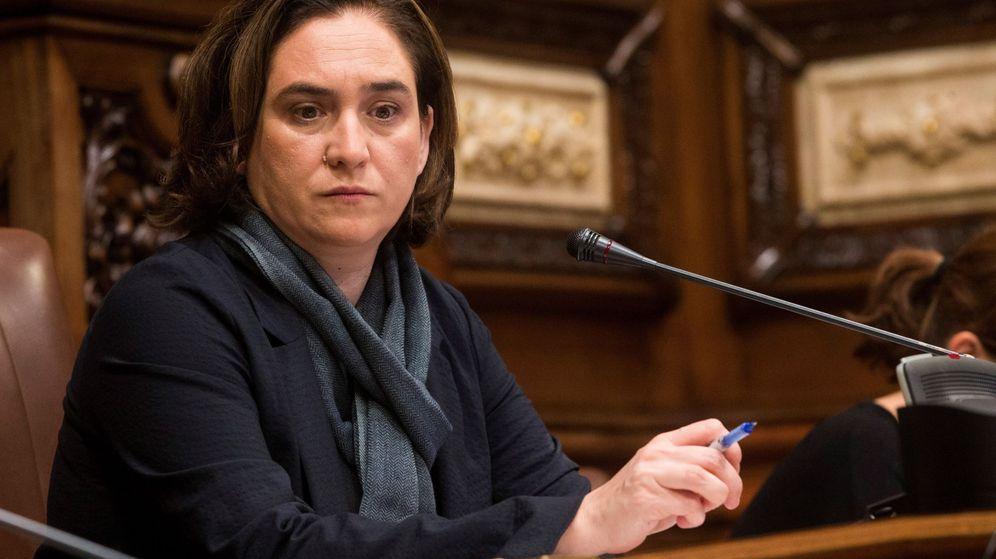 Foto:  La alcaldesa de Barcelona, Ada Colau, durante el pleno extraordinario del Ayuntamiento de Barcelona el pasado noviembre. (EFE)