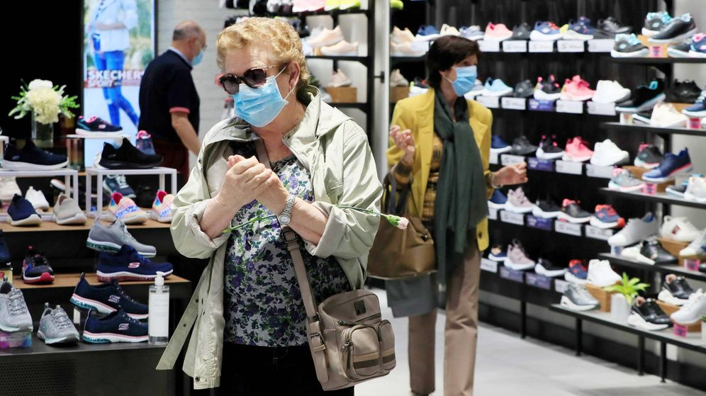 Foto: Varias personas visitan una tienda de calzados del centro comercial La Vaguada. (EFE)