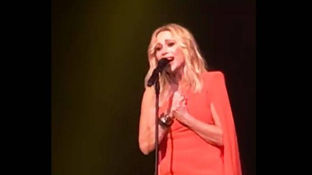Foto: Captura de Marta Sánchez durante la interpretación de su versión del himno.