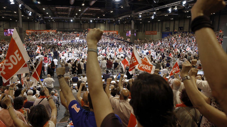 Militantes socialistas entonan 'La Internacional' en la clausura del 39º Congreso Federal del PSOE, el pasado 18 de junio en Madrid. (EFE)