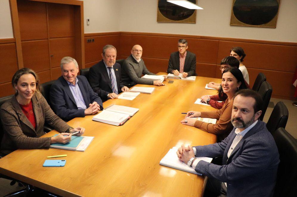 Foto: Las delegaciones del Gobierno vasco (izquierda) y de Podemos, durante la negociación presupuestaria. (EC)