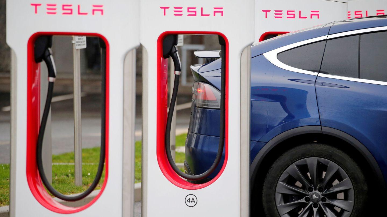 Conductor recargando la batería de su Tesla (Reuters)