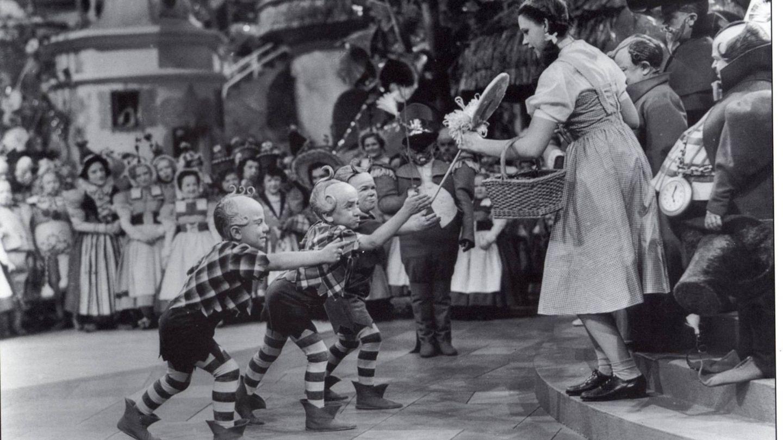 Los munchkins y Dorothy. (Getty)