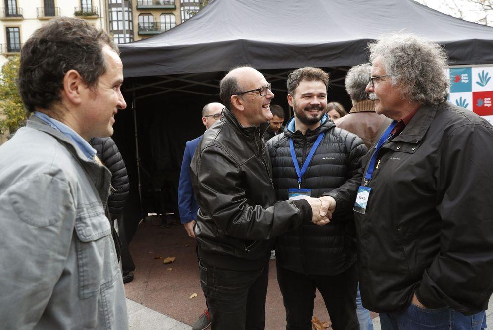 Foto: El diputado del PNV, Joseba Agirretxea, saluda a Rufián y Tardà en presencia del portavoz de Gure Esku Dago, Angel Oiarbide, en San Sebastián. (EFE)