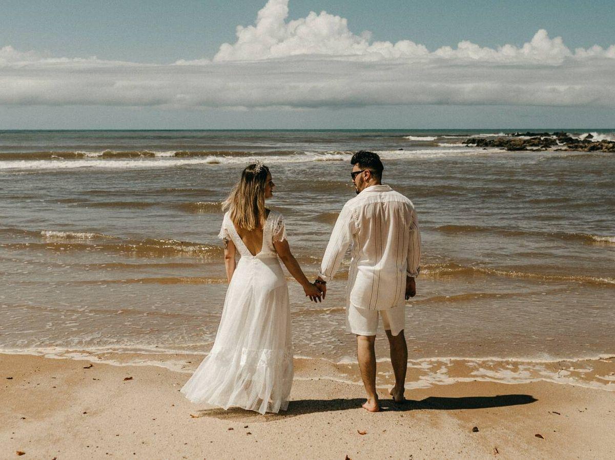 Foto: Cómo escoger tu vestido de novia para una boda en la playa. (Jonathan Borba para Unsplash)