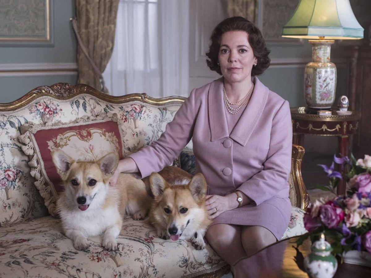 Foto:  Isabel II y sus corgis, en 'The Crown'. (Netflix)