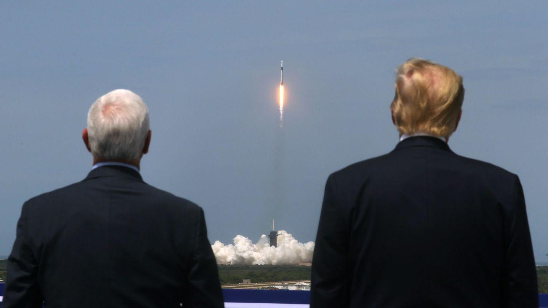 Donald Trump y Mike Pence, presidente y vicepresidente de EEUU, asisten al despegue. (Reuters)