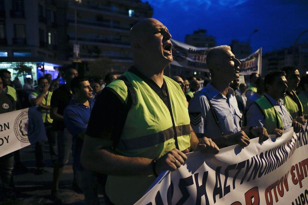 Foto: Agentes de policía durante una protesta contra los planes de recortar sus pensiones celebrada en Tesalónica (Reuters)