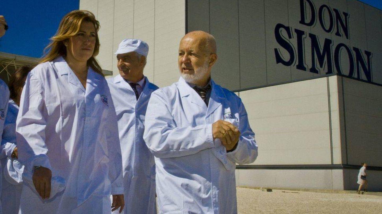 Susana Díaz, con José García Carrión, en una visita a una planta. (EFE)