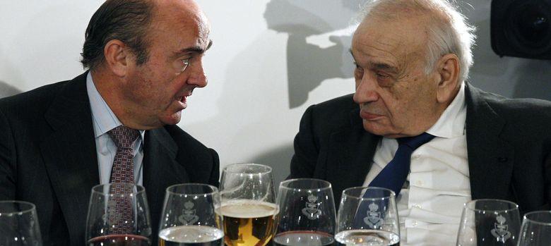 Foto: El ministro de Economía, Luis de Guindos (i), conversa con el presidente del Spain Investors Day, Blas Calzada