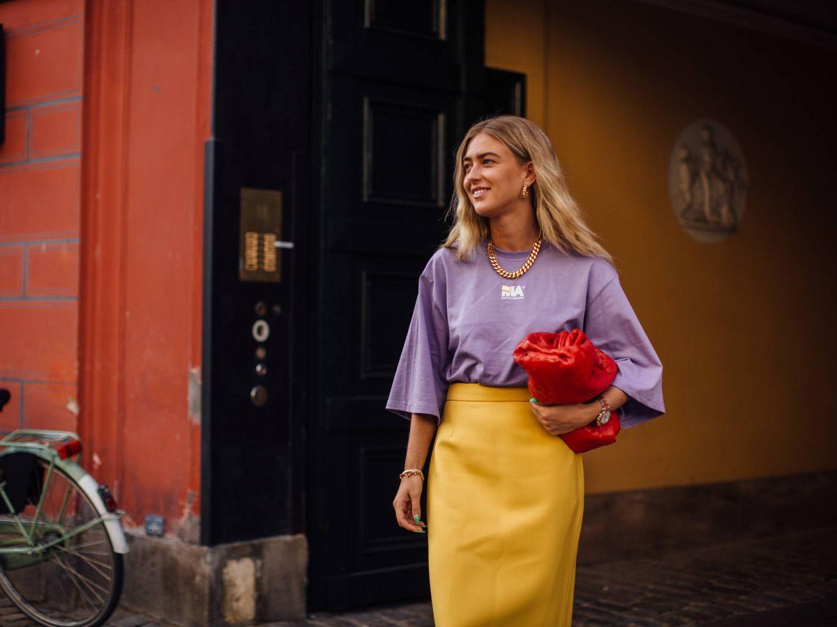 Foto: La insider Emili Sindlev, con un look de dos colores. (Imaxtree)