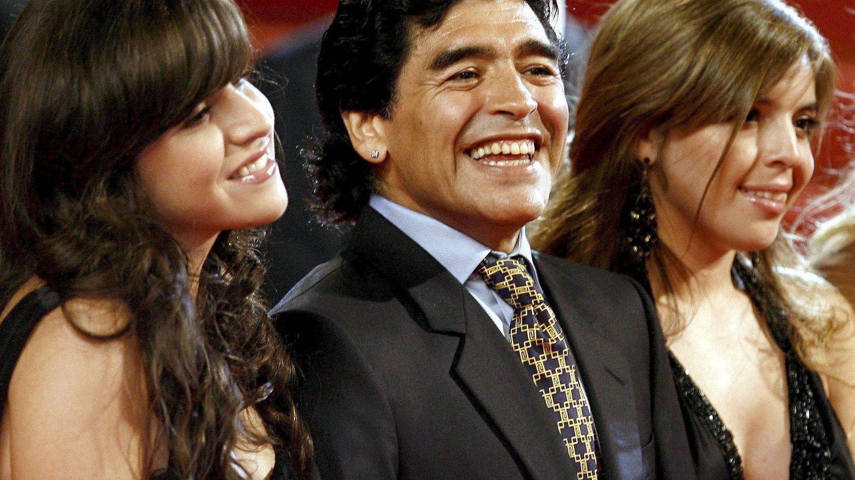 Dalma y Gianinna junto a su padre, Diego Armando Maradona. (EFE)