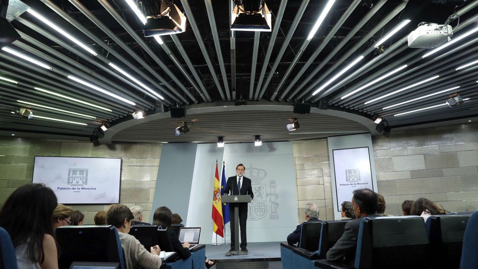 Foto: El presidente del Gobierno, Mariano Rajoy, durante la declaración institucional para valorar la jornada vivida en Cataluña. (EFE)