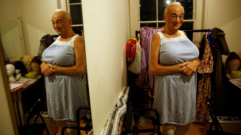 Foto: Roy Hudd, caracterizado para su papel en la obra Mamá Ganso. Foto: Reuters.