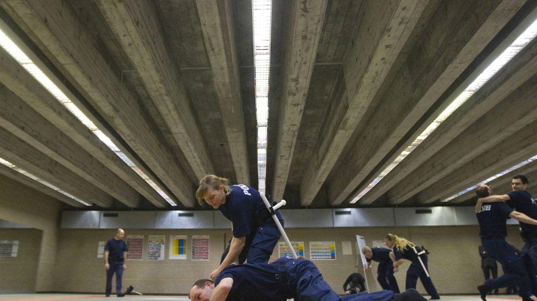 Estudiantes suizos de FP de seguridad practican defensa personal. (Reuters)