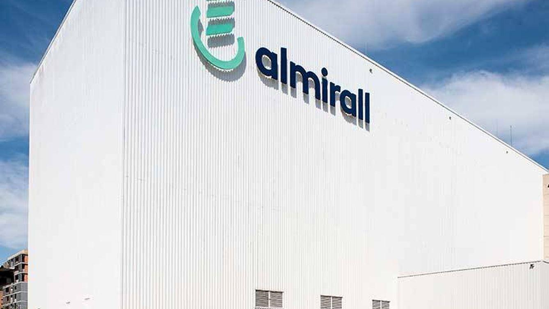 Almirall pierde un 11,6% tras un deterioro de 100 M por Seysara y una compra fallida
