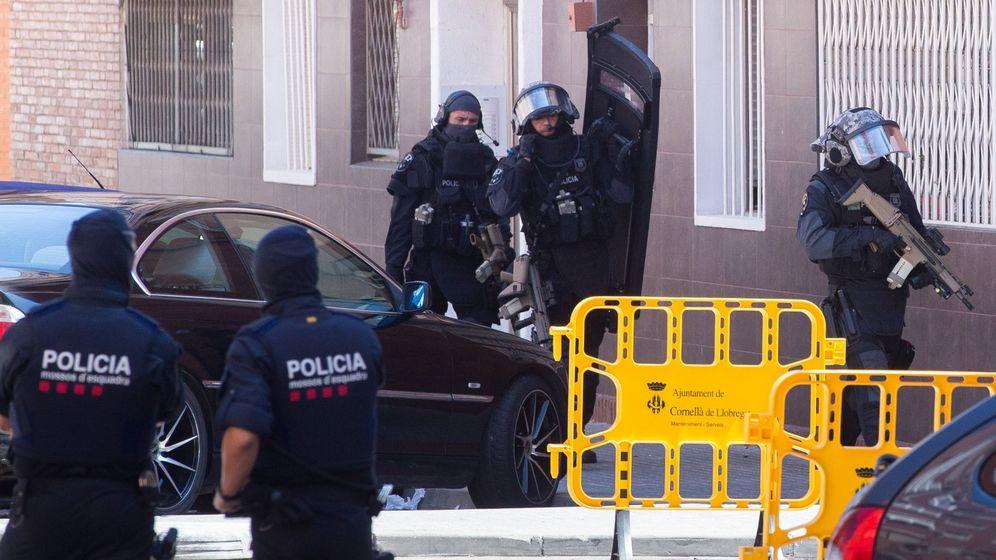 Foto: Mossos registran la casa del hombre abatido en Cornellà. (EFE)