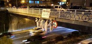 Post de Cuelgan cinco muñecos de un puente en Pamplona con las caras de 'La Manada'