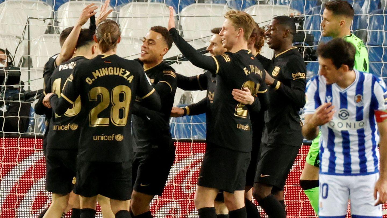 Los jugadores del Barça se abrazan durante la goleada en San Sebastián. (EFE)