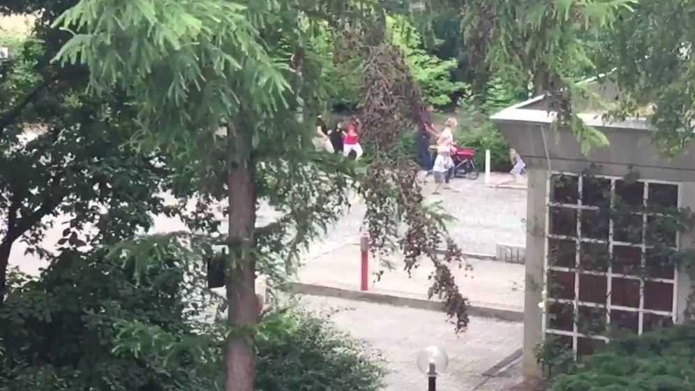 Foto: Varias personas escapan del centro comercial. (Twitter: @thaminastoll)