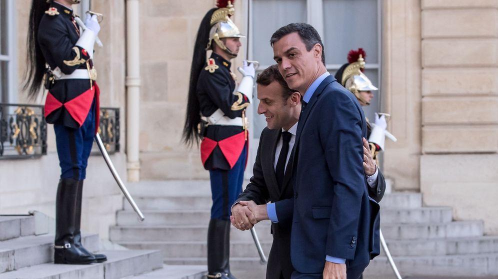 Foto: El presidente francés, Emmanuel Macron, con el presidente del Gobierno español, Pedro Sánchez. (EFE)