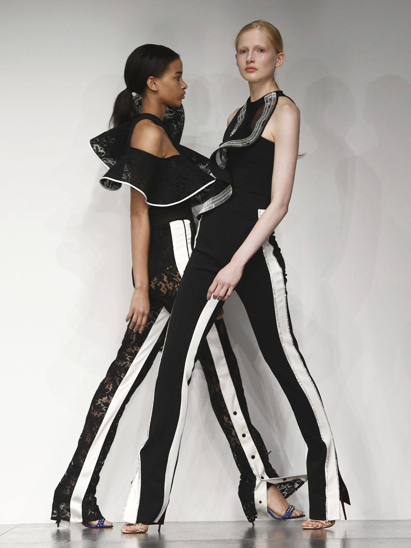 Modelos con las creaciones del diseñador David Koma en la Semana de la Moda de Londres de 2017. (EFE)