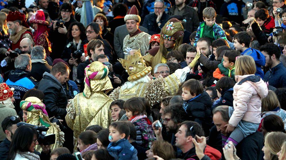 Foto: Cientos de niños esperan a los tres Reyes Magos para participar en la cabalgata. (EFE)