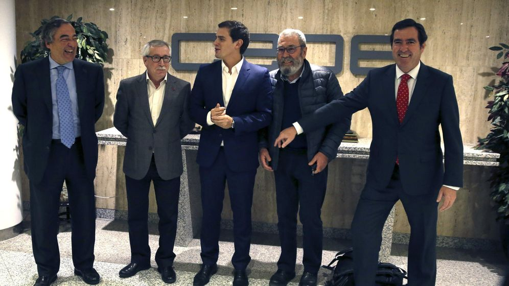 Foto: Los representantes empresariales y sindicales, junto al líder de Ciudadanos, Albert Rivera. (EFE)