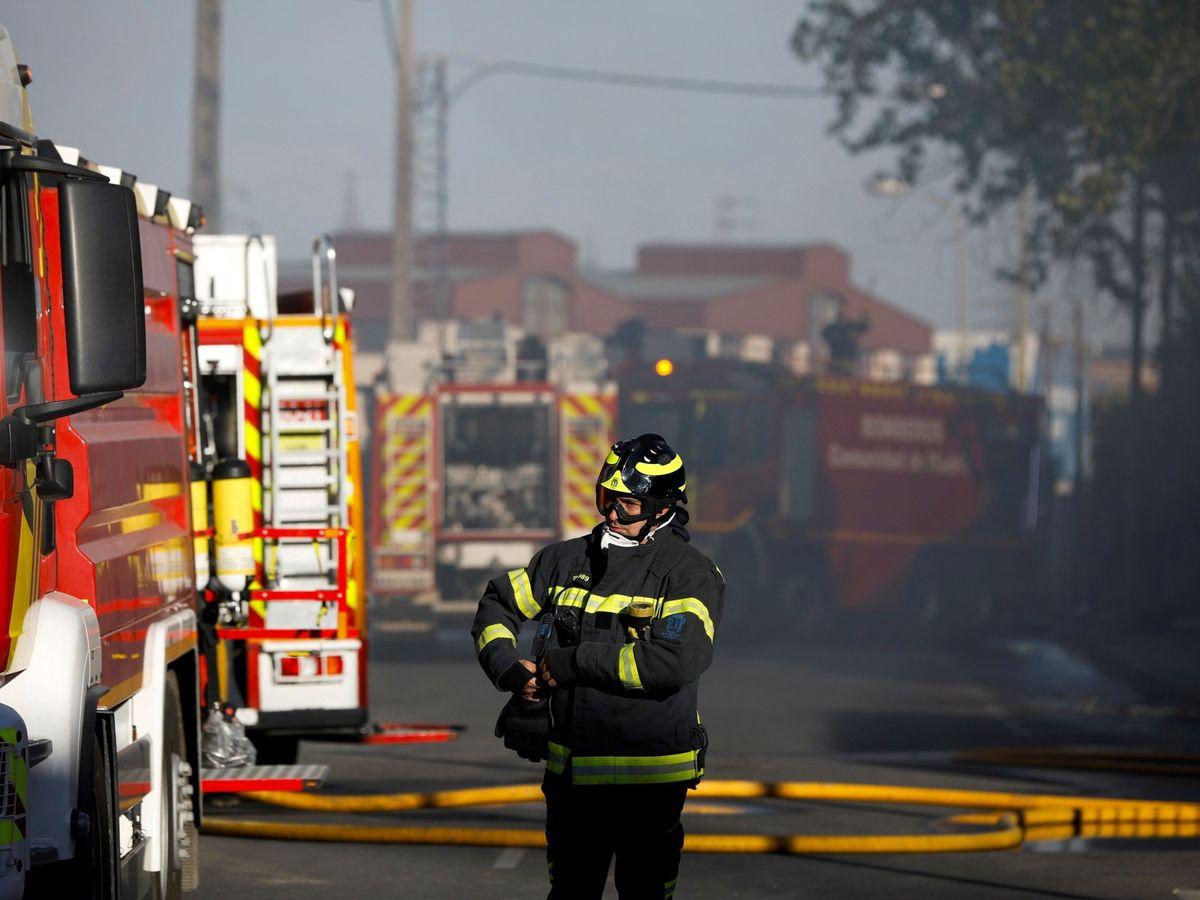 Foto: Los bomberos durante una intervención en Alcorcón. (EFE)