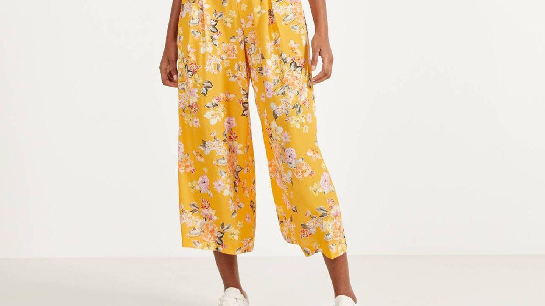 Pantalón ancho de flores de Bershka. (Cortesía)