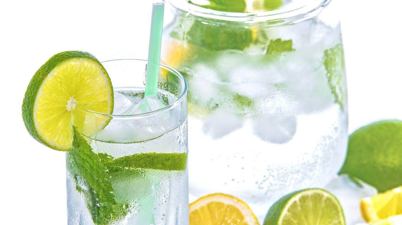 La hidratación que se consigue con el agua con limón es muy beneficiosa.