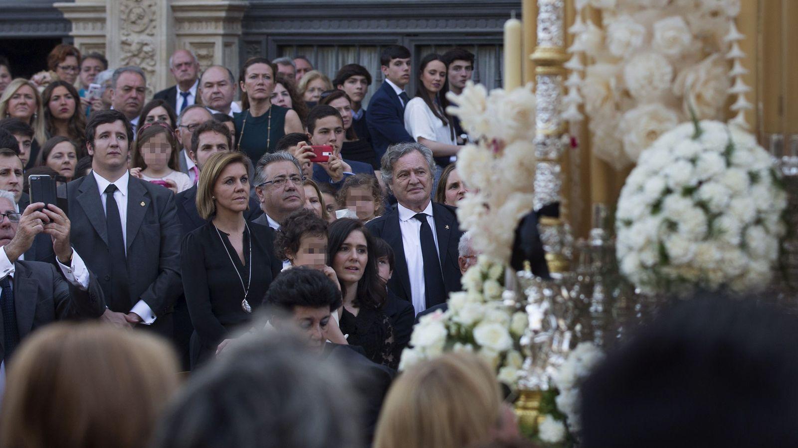 Foto: Dolores de Cospedal y Juan Ignacio Zoido contemplan desde uno de los palcos del Ayuntamiento de Sevilla el paso de varios cortejos procesionales de Sábado Santo. (EFE)