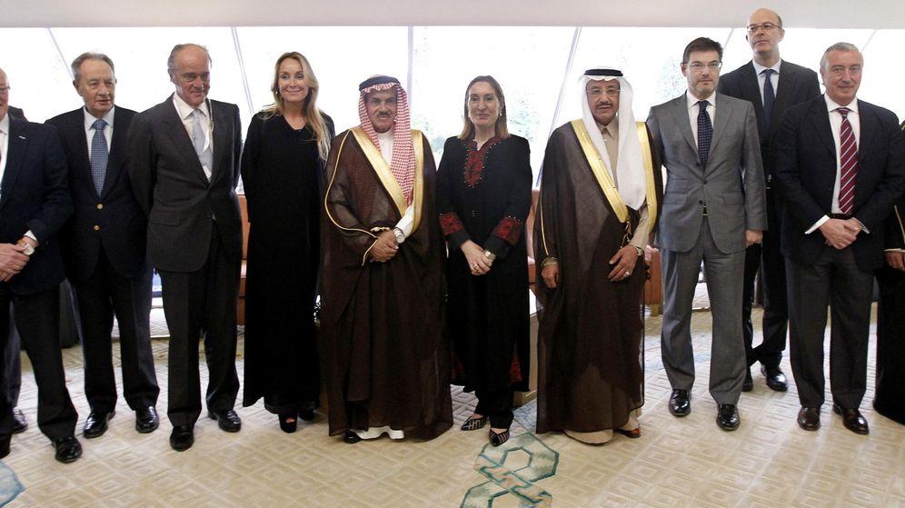 Foto: Autoridades políticas y empresariales españolas junto con mandatarios saudíes juntos por el proyecto del Ave. (EFE)