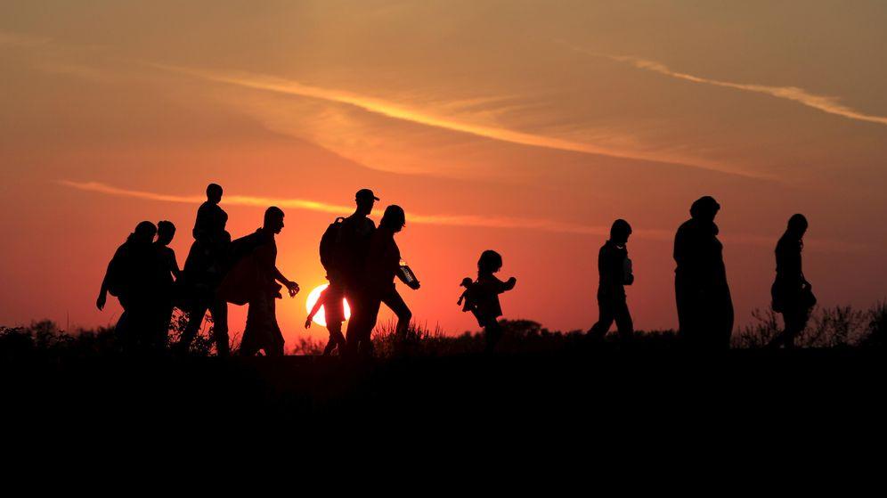 Foto: Un grupo de inmigrantes cruza la frontera entre Macedonia y Hungría por el paso de Roszke. (Reuters)