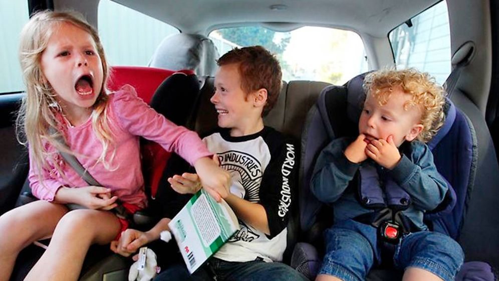 Foto: Niños viajando en coche.