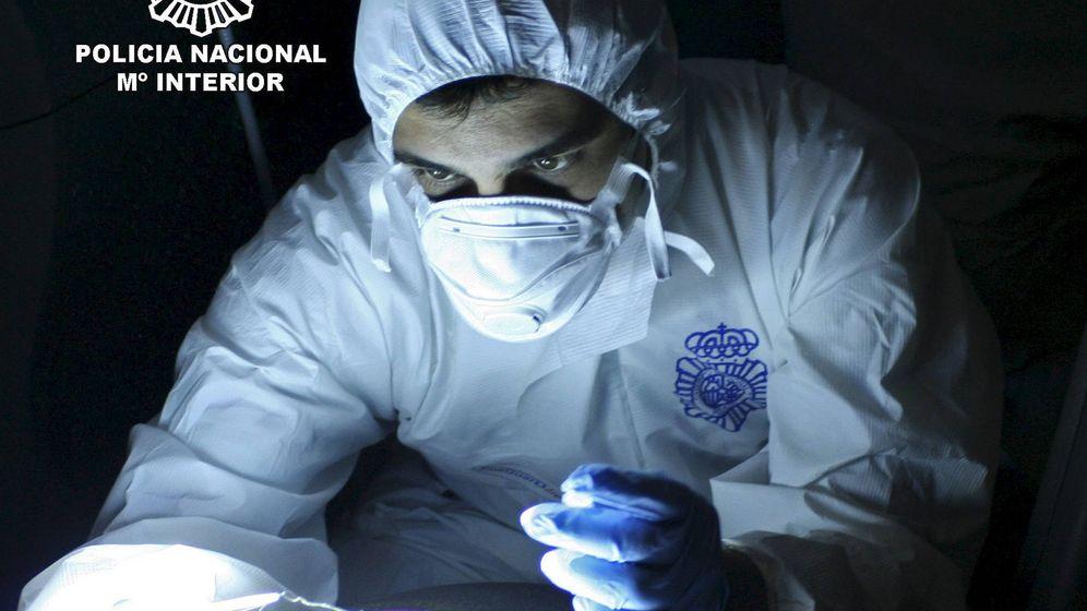 Foto: Funcionario de la Policía Nacional, durante un estudio de ADN. (Ministerio del Interior)