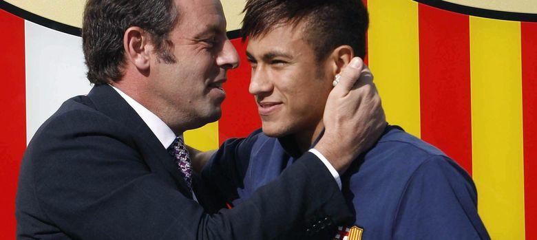 Foto: Neymar y Rosell en el momento de rubricar el contrato del brasileño (Efe).