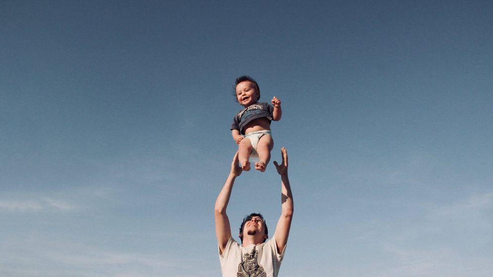 Foto: Padre e hijo disfrutando de las vacaciones. (Pexels)