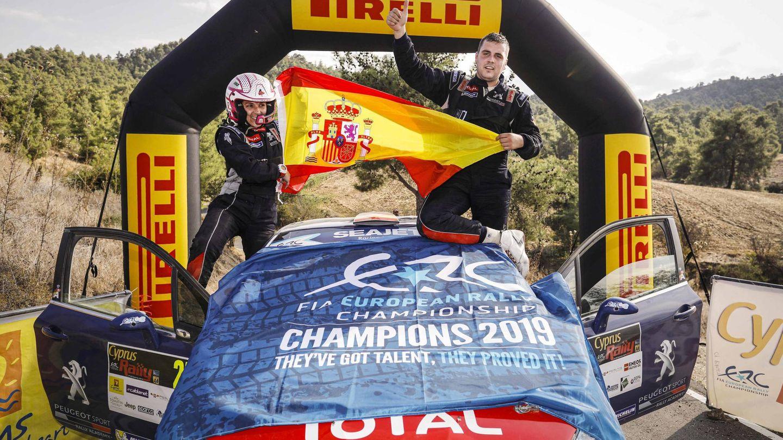 Efrén Llarena y Sara Fernández celebrando el campeonato europeo de rallys en la categoría 3.