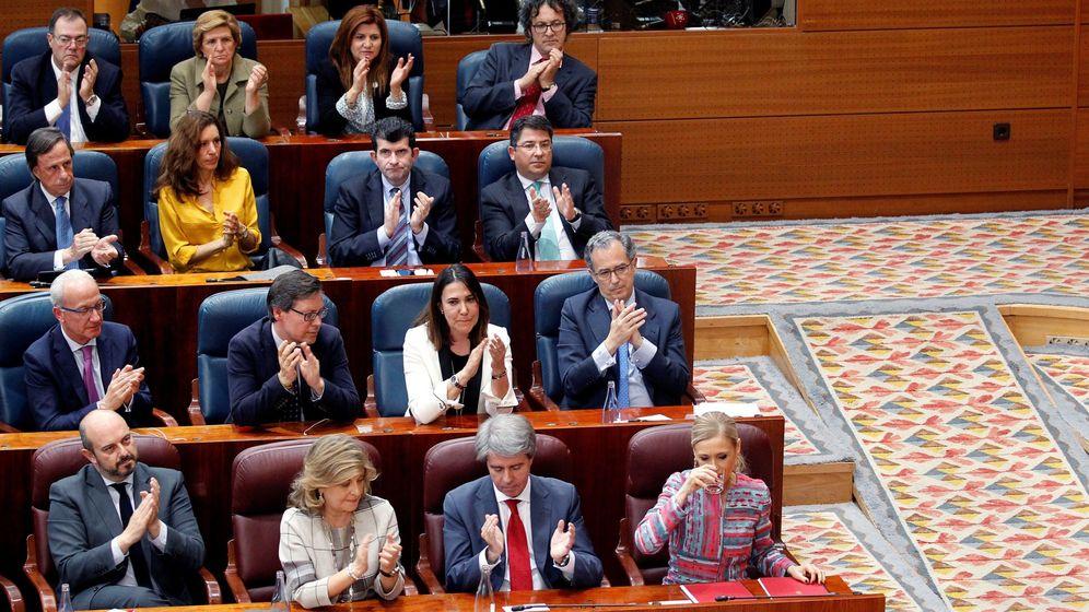 Foto: La presidenta madrileña, Cristina Cifuentes (d), durante el pleno extraordinario de la Asamblea de Madrid. (EFE)