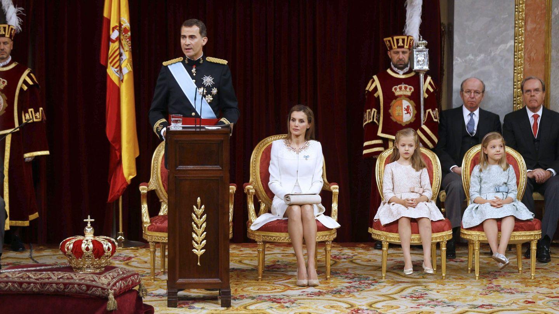 El rey Felipe VI, junto a la reina Letizia, la Princesa de Asturias y la infanta Sofía, durante su discurso en el acto de proclamación como Rey en junio de 2014. (EFE)