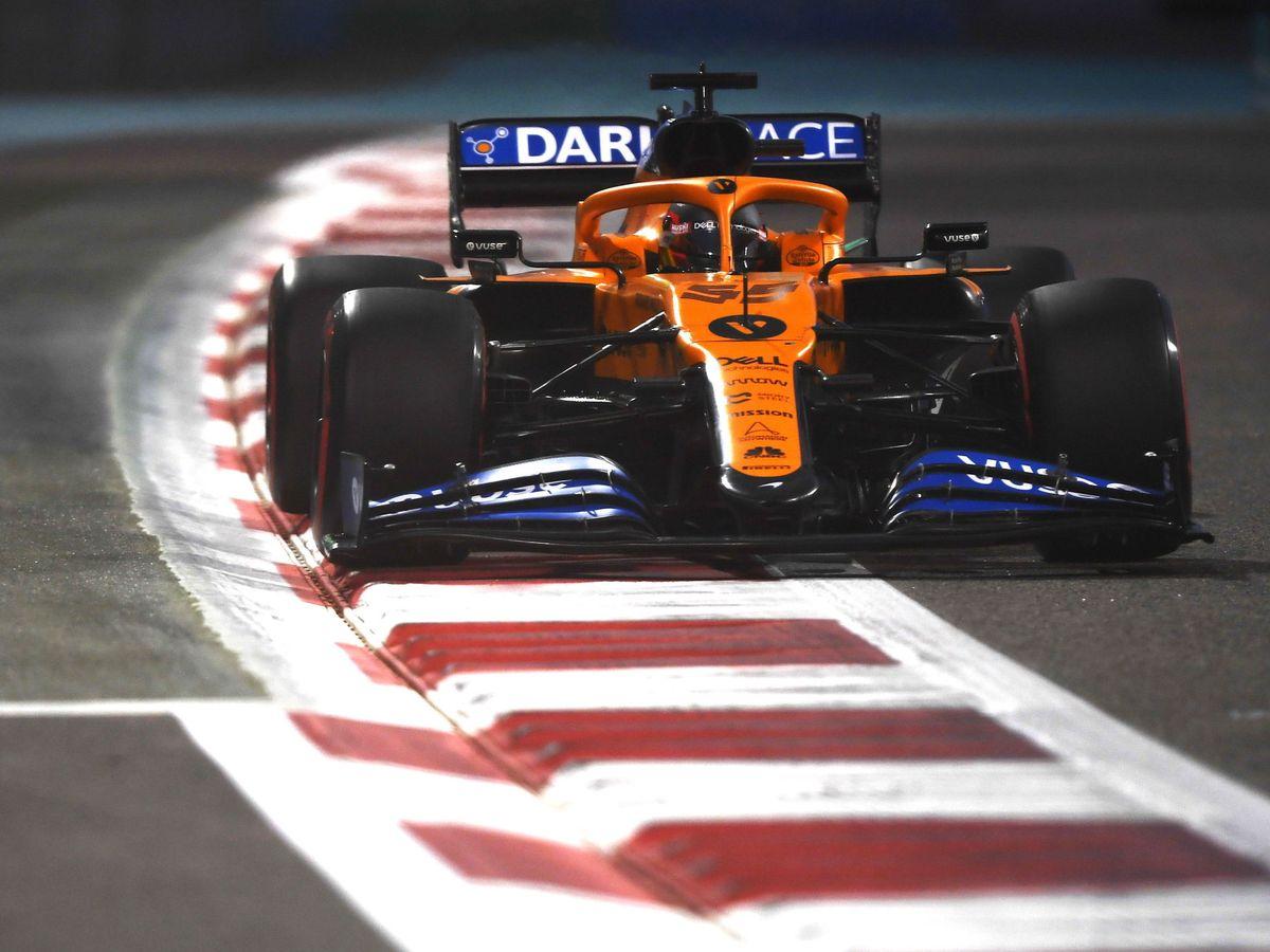 Foto: Carlos Sainz se juega en la última carrera con McLaren el tercer puesto del equipo, arrancando desde la sexta posición