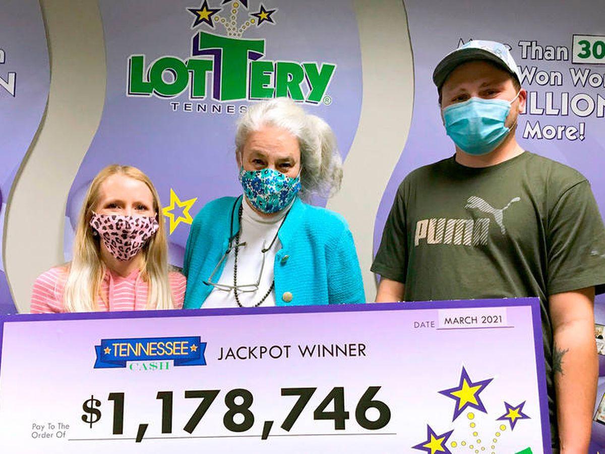 Foto: Nick fue a recoger su premio acompañado de su familia (Tennessee Lottery)